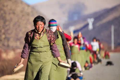 Why can Tibetan people adapt to high-altitude life?